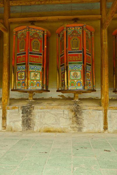 Onderdeel van het kloostercomplex is een 3 kilometerlange Kora: Een omgang met gebedsmolens