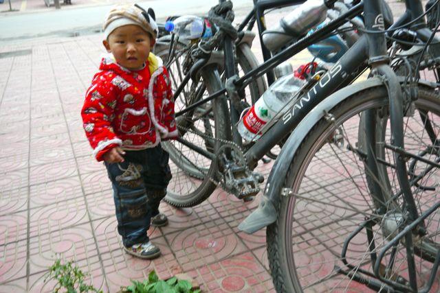 Dit jongetje vond onze fietsen onweerstaanbaar; de trappers draaien zo leuk rond als je er een zwiep aan geeft!