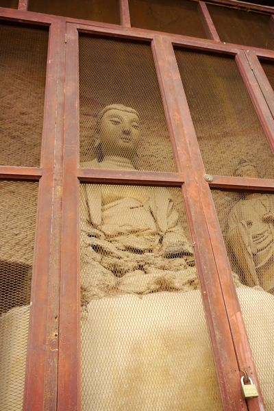 In modern China gaat Boeddha achter slot en grendel. Ter bescherming wel te verstaan