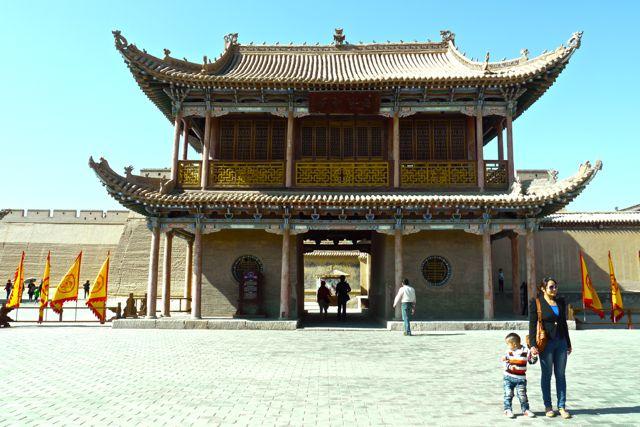 Toegangspoort binnen de muren van het fort