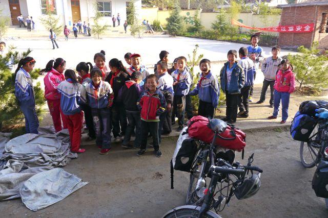 In een dorpje worden we uitgenodigd om een kijkje te komen nemen op een Chinese school. Dat hoefden ze natuurlijk maar een keer aan te bieden!