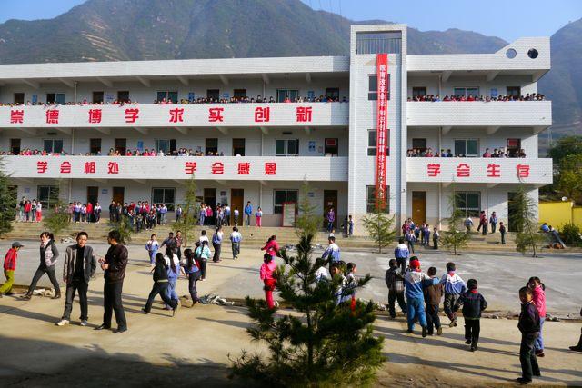 De hele school loopt uit wanneer we het schoolplein op komen.