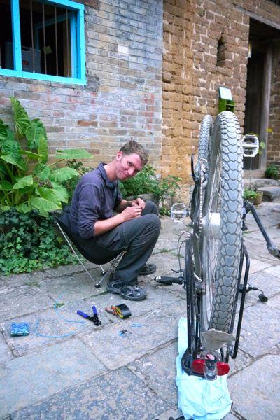 Beetje knutselen aan de fietsen op de binnenplaats van het guesthouse in Yangshuo.
