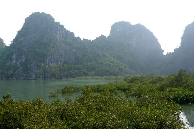 Binnenin deze berg ligt dus de grot die je hierboven zag.