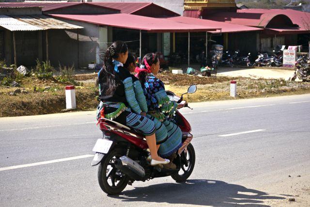 Vooral de vrouwen dragen nog traditionele kleding in Noordwest Vietnam.