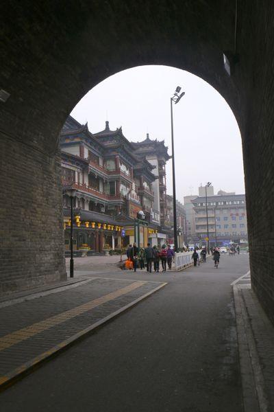 Nog een blik achterom door de zuidpoort van de stadsmuur in Xi'an.