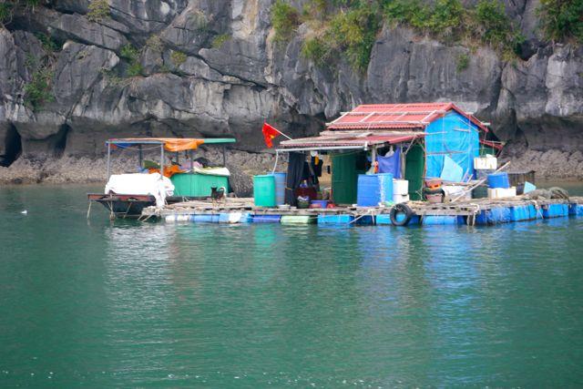 Vissershuisje op het water in Ha Long Bay.