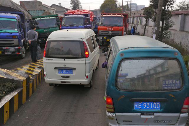 Bij gebrek aan enig verkeersinzicht weten de Chinezen van elke overzichtelijke situatie een verkeerschaos te maken. Soms met als resultaat files van meer dan 20 km.