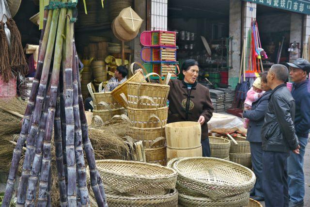 Mandemakers; iedereen gebruikt nog gevlochten manden. Voor babys of specie, je vervoert het in een rieten mand.