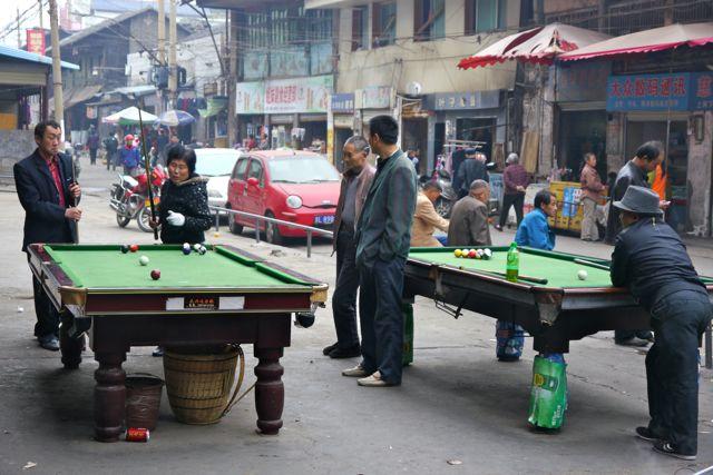 Dus zie je overal op straat spelende Chinezen in de centra.