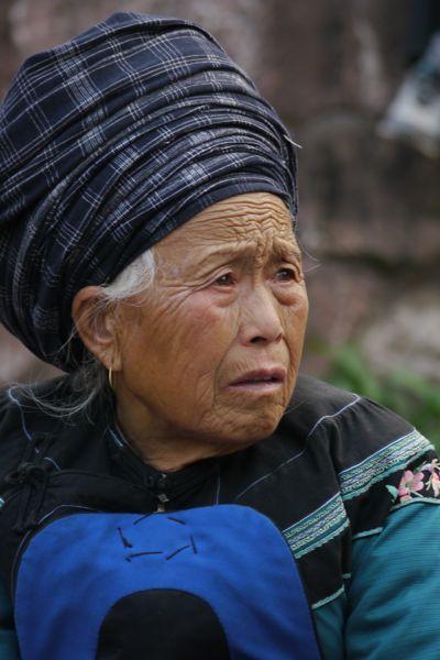 Oude vrouw in klederdracht van de Miao