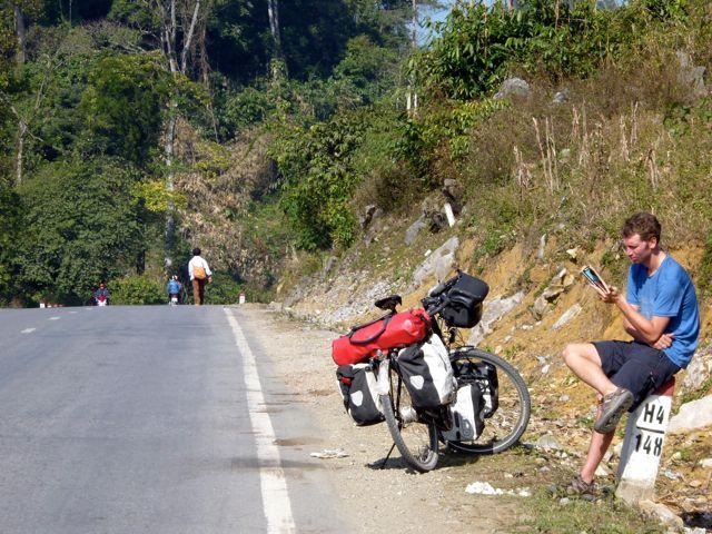 Maarten rijdt wat sneller een berg op dan Line dat doet.