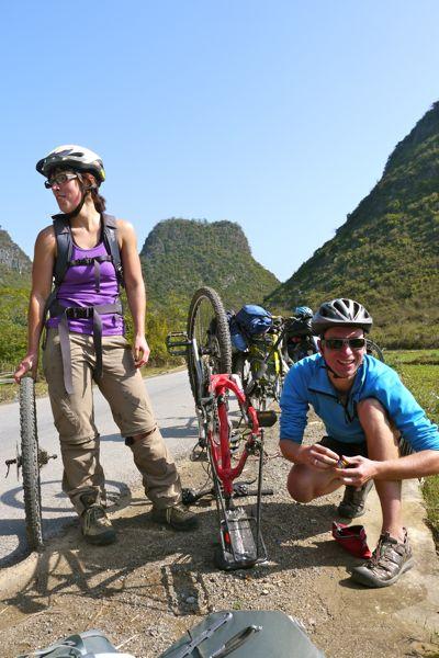 We fietsen een dag samen met Cynthia, Jonathan, Ellie en Julian. Maarten neemt de Chinese fiets van Cynthia even onder handen.
