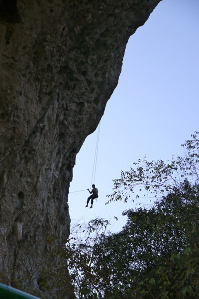 Het fijne van karst is dat je er zo lekker in kan klimmen.