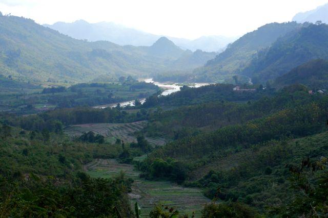 Het noorden van Laos is nog wat bergachtig. En dus genieten we van de vergezichten.