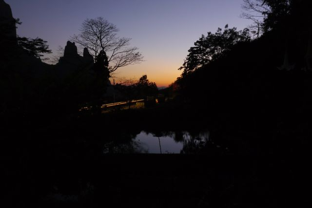 Zonsondergang bij de warmwaterbron.