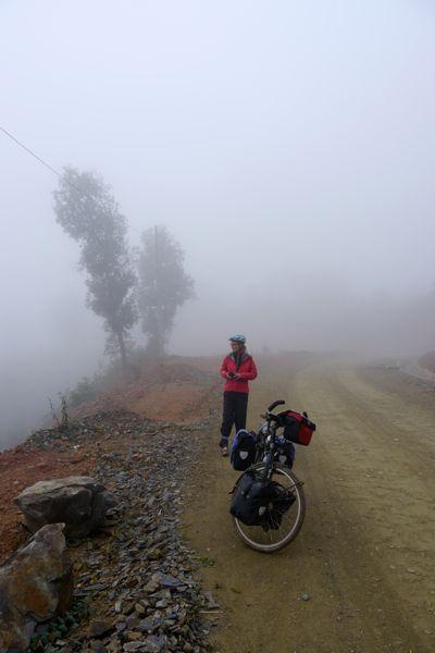 De grensovergang ligt op 1200 meter hoogte en is gehuld in mist