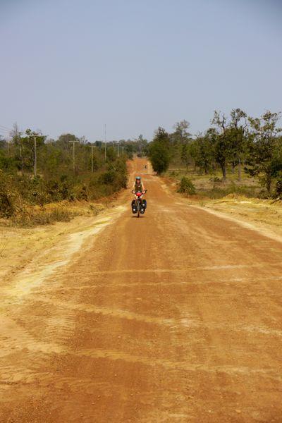 De aarde kleurt rood in zuid Laos.