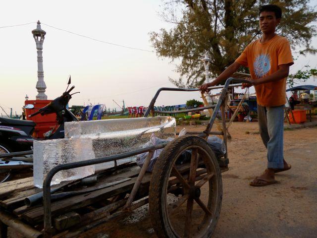 Koelkasten zijn een zeldzaamheid in grote delen van Cambodja. Gelukkig is er de ijsboer!