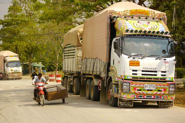 Thaise vrachtwagens aan de grens.