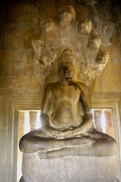 Boeddha beschermd door een Naga