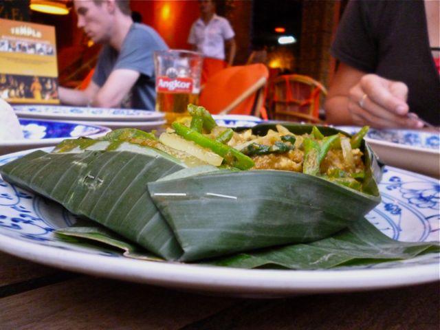 En wordt de Amok zo geserveerd. (De nietjes in het bananenblad vinden we erg leuk.)