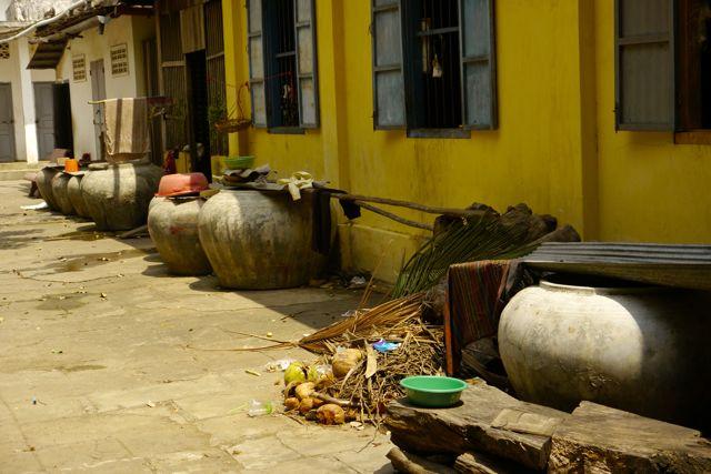 Als er geen stromend water is dan wordt het in dit soort grote potten opgeslagen.