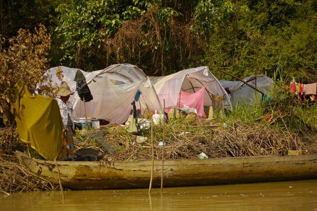 De dorpjes zijn hier niet meer dan een verzameling bamboestokken en plastic.