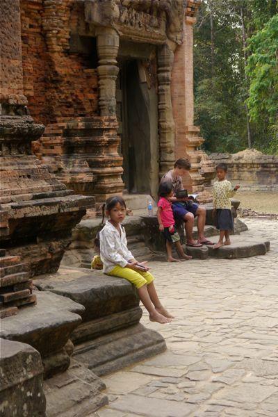 Bij het tempelcomplex hangen veel kinderen rond die toeristen kaarten proberen te verkopen of bedelen.