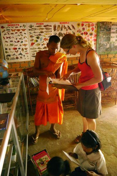 Naast een oude tempel heeft deze jonge monnik een schooltje ingericht. Hij probeert zoveel mogelijk kinderen te bereiken. Hij geeft de kinderen o.a. Engelse les.