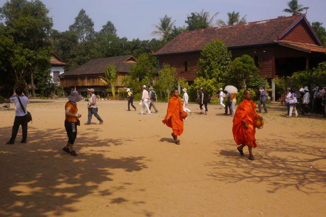 Het dorpspleintje bij een van de tempels.